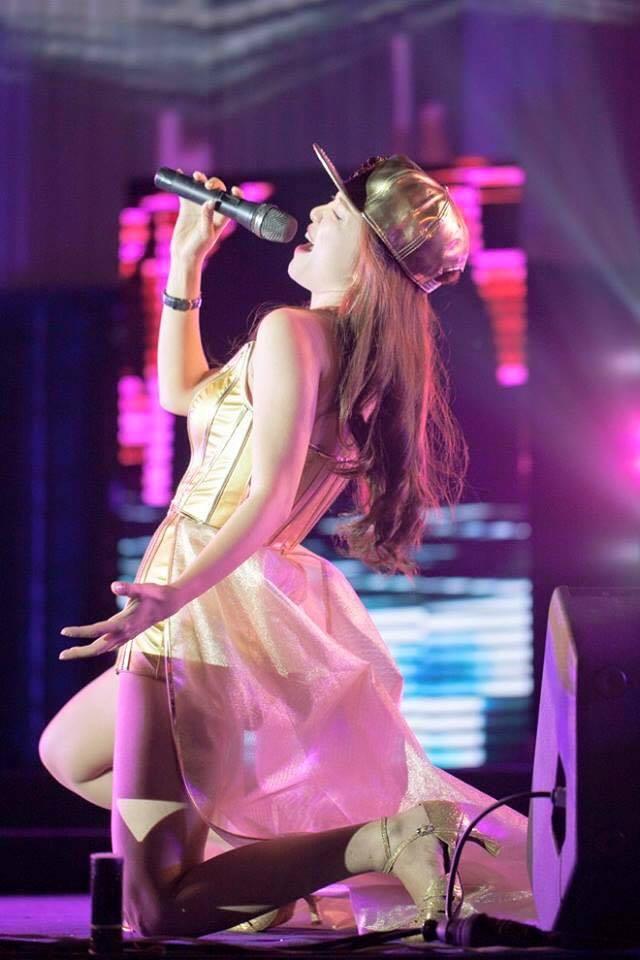 Đinh Hương on stage