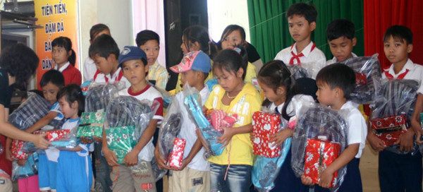 Donated backpack and gifts to kids in Long An Province