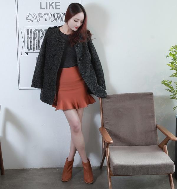 Chân váy chữ a mix cùng giầy boot và áo khoác dài